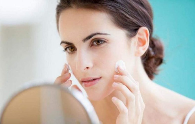 Apply moisturizer at night before going to bed - an effective skin care way