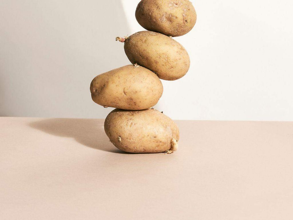 Moisturize and whiten skin with potatoes