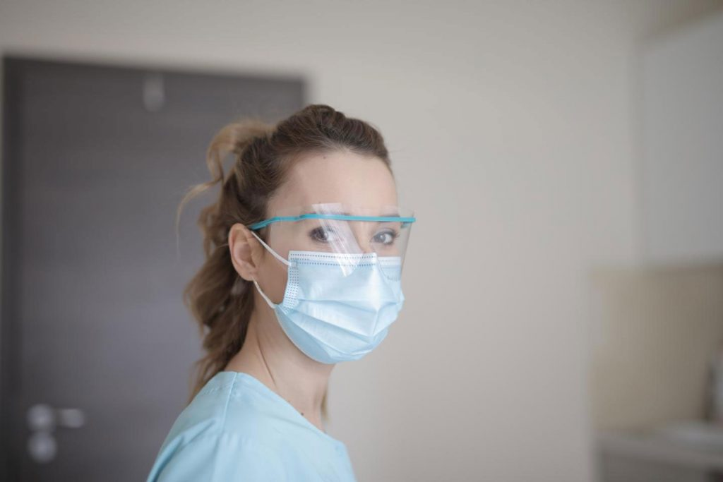 A girl is waering a facemask